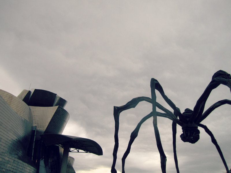 { Guggenheim museum from outside and the famous Maman spider // Exterior do Museu Guggenheim e a famosa aranha Maman }
