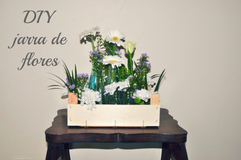 De caixa da fruta a jarra de flores